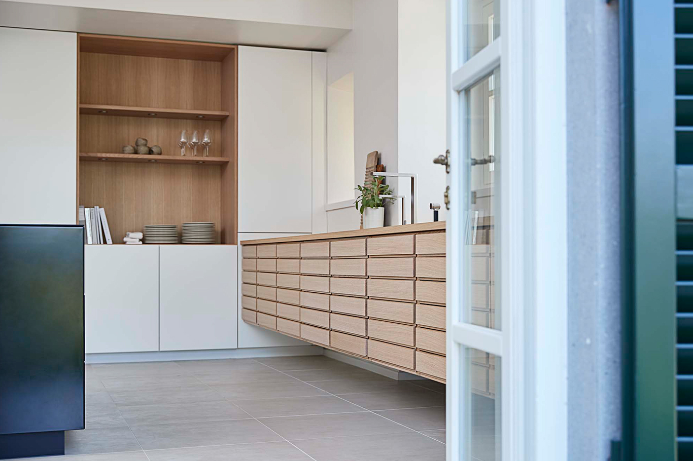 The kitchen in Villa Pacini has been fitted out with the design classic Form 1 in oak